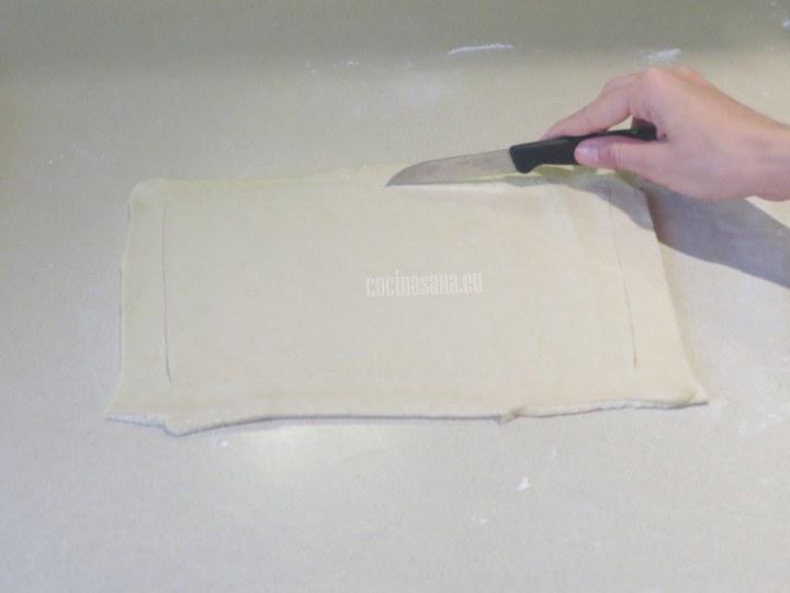 Marcar un rectángulo sin cortar sobre la masa para permitir que levante de forma adecuada.