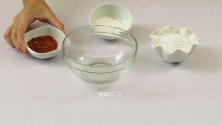 Combinar la paprika, fécula y azúcar glass para elaborar la preparación con la que espolvorean los malvavisco o nubes