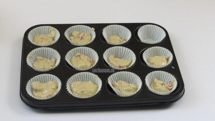Rellenar los capacillos o cápsulas con la mezcla de los pastelillos, colocar la masa a 3/4 del molde