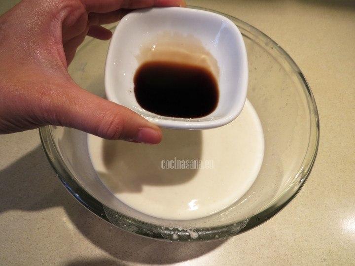 Agregar la esencia de vainilla e integrar a la preparación de la leche para aromatizar