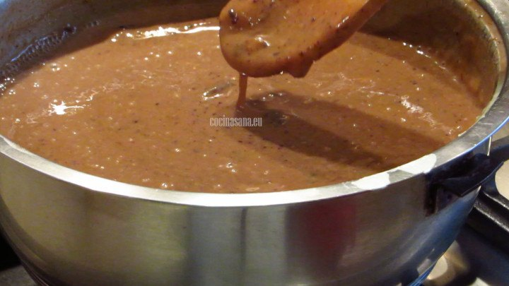 Agregar el puré de ciruela pasa a la mezcla de masa de maíz