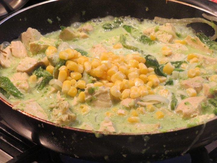 Añadir el elote amarillo o maíz a la preparación para darle textura y un delicioso sabor.