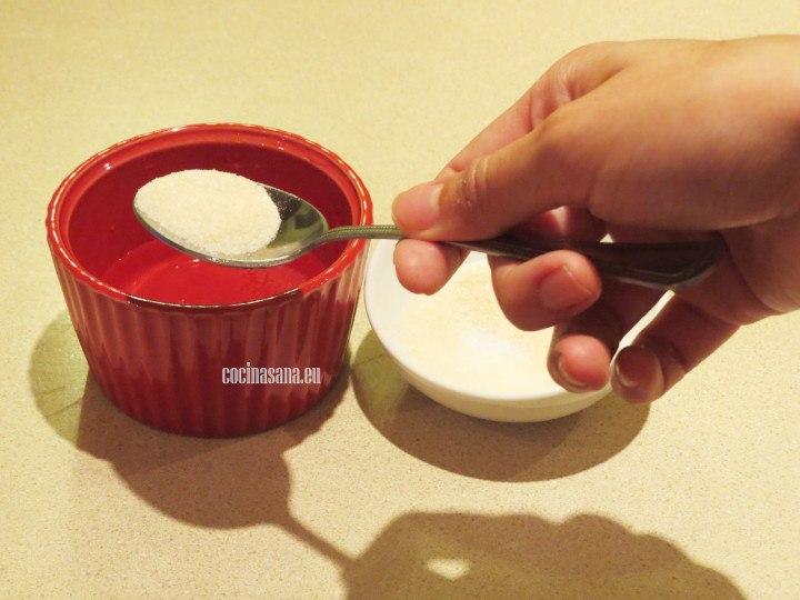 Hidratar la grenetina con agua añadir aumentando 5 veces la cantidad de agua.