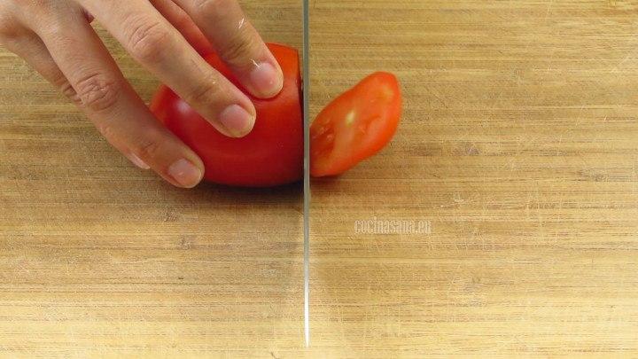 Picar el Tomate finamente para añadir a la salsa que se preparará más adelante para la tinga con pollo