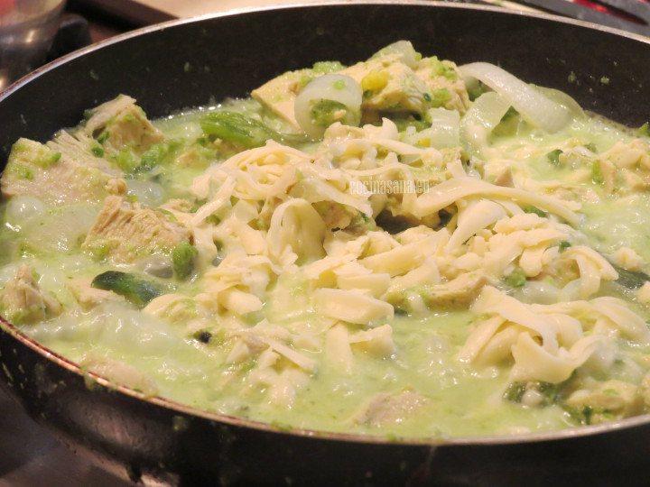 Por último se agrega el queso manchego rallado y se mezcla muy bien Puedes utilizar cualquier tipo de queso siempre y cuando se funda correctamente.
