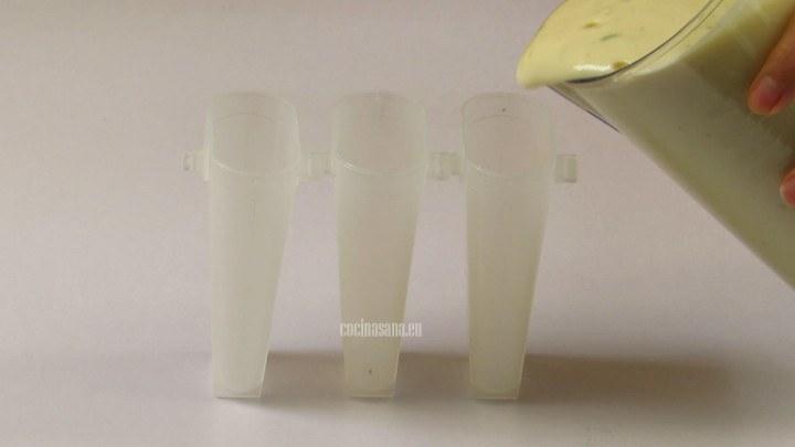 Vaciar la mezcla de limón y leche en los molde para las paletas y añadir el resto de ingredientes.
