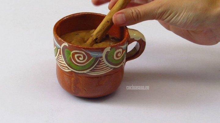 Servir el atole de ciruela pasa y decorar con canela  esta bebida