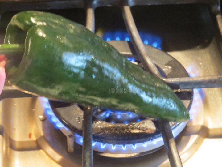 Asar el chile poblano y reposar en una bolsa hermética, limpiar retirando toda la piel y las semilals.