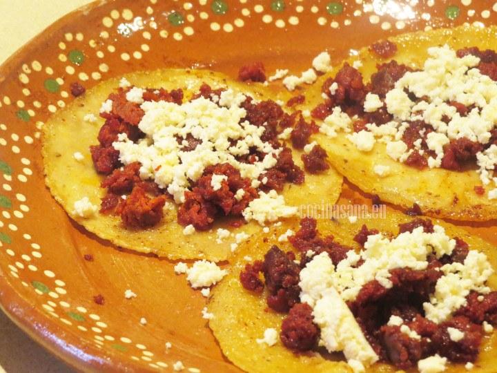 Freír el chorizo y las tortillas en el aceite del chorizo. Colocar el queso y el resto de los ingredientes.