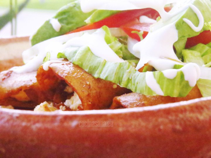 Servir las enchiladas rojas rellenas de queso, servir con crema, lechuga y tomate.