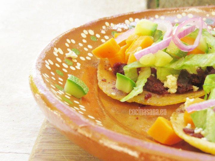 Servir estas enchiladas con un poco de crema y queso fresco o con salsa mexicana