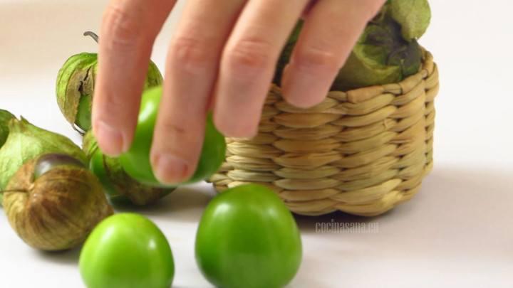 Limpiar el tomate verde, retirar la cáscara y lavar perfectamente