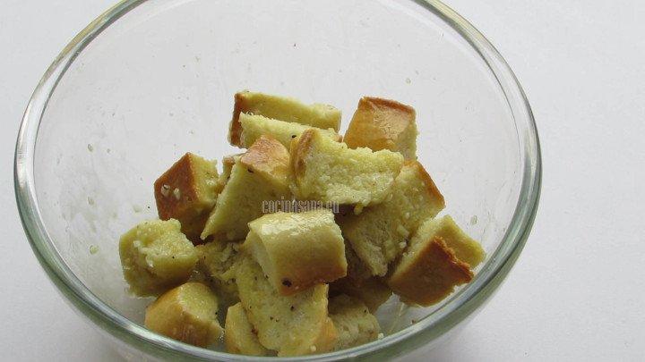 Aliñar con la vinagreta el pan para que absorba todo su sabor.