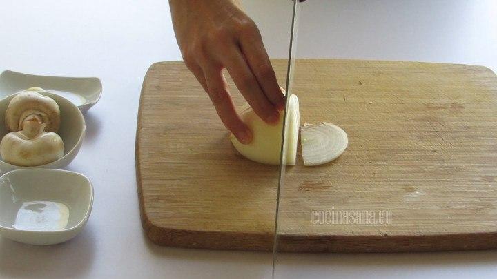 Filetear las cebollas y también filetear los champiñones, asegurarse de que estén perfectamente limpios y desinfectados.