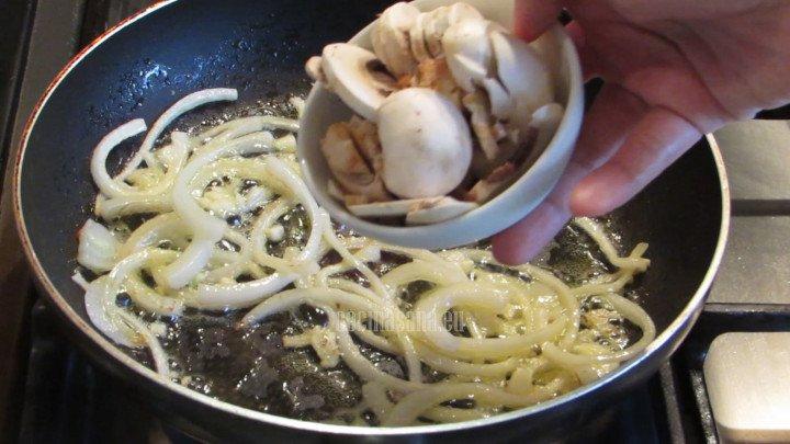 Calentar la mantequilla en una sartén y saltear la cebolla hasta caramelizar, saltear los champiñones.