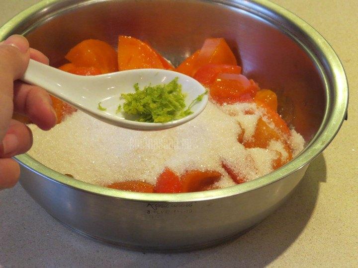 Añadir la Ralladura de Naranja a la mezcla con azúcar y el pérsimo para elaborar la mermelada