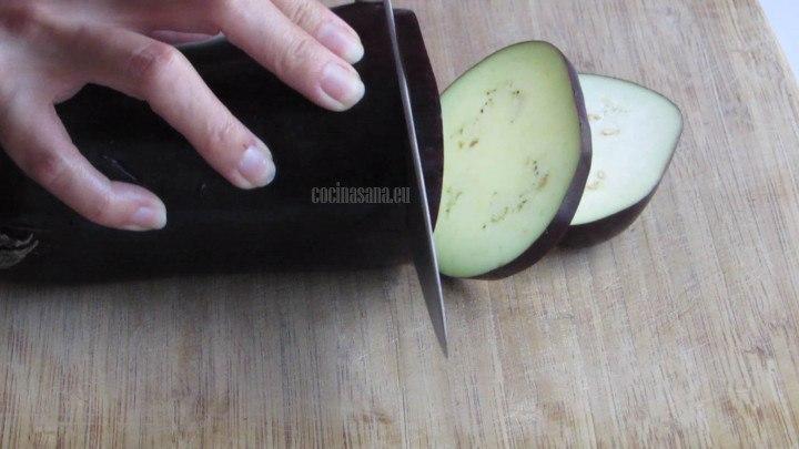 Rebanar la berenjena y los tomates, cuidar que sean rebanadas delgadas para que puedan tener una cocción más adecuado durante el horneado.