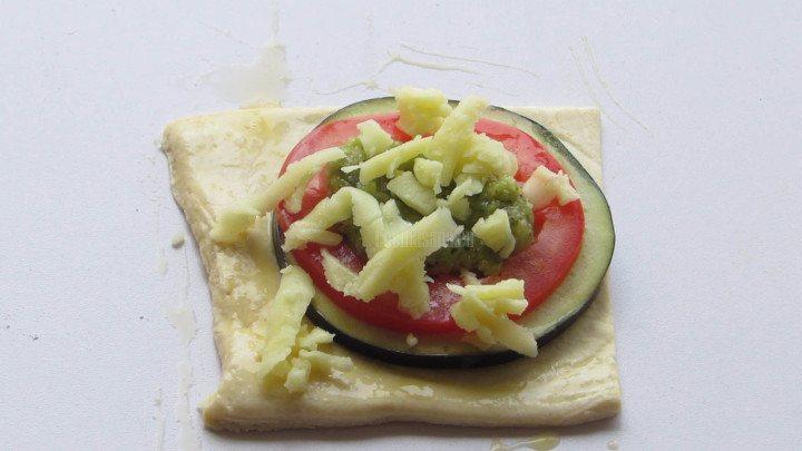 Espolovorear un poco de queso sobre las tartaletas  y dejar que gratine hasta dorar durante la cocción en el horno.