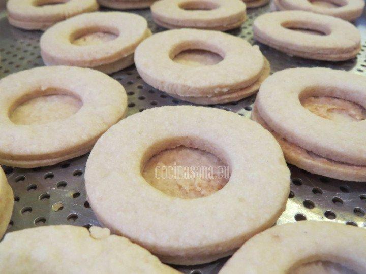 Cortar el centro de la mitad de las galletas formadas para crear los sandwiches, hornear y dejar enfriar.