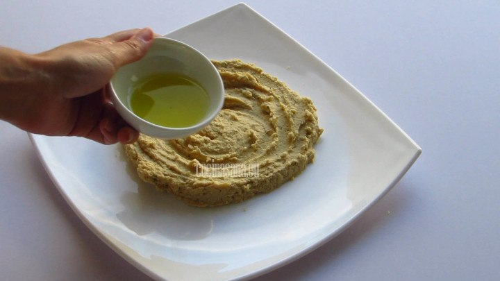 Aceite de oliva para servir el hummus