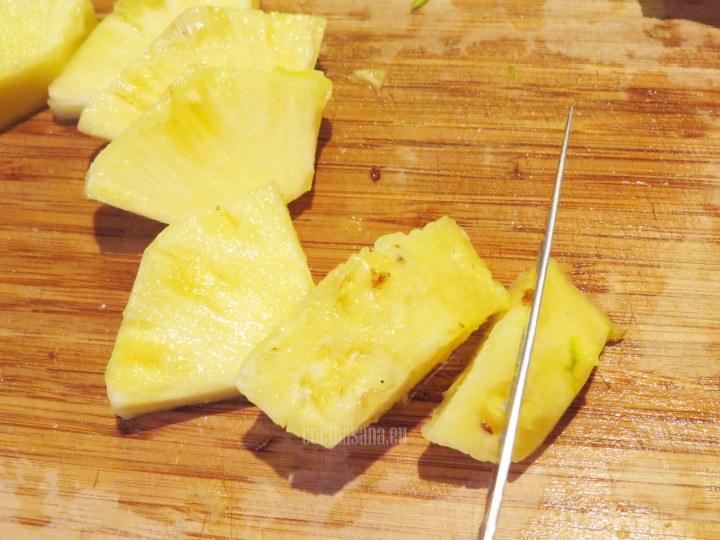 Cortar la piña en rebanadas o trozos irregulares, no importa ya que se licuará con los demás ingredientes.