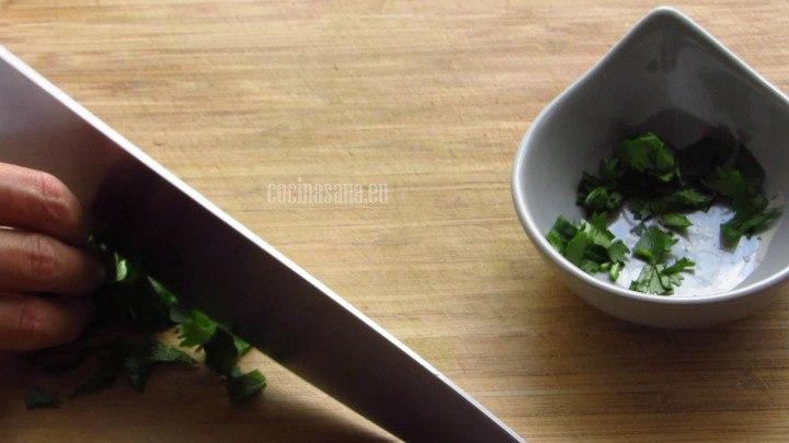 Picar la cebolla y el cilantro para añadir la salsa