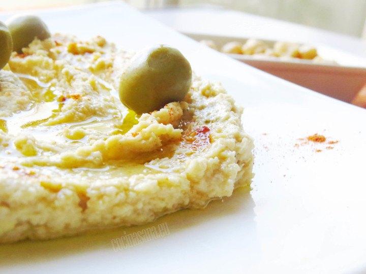Hummus de garbanzos servido con paprika y aceite de oliva