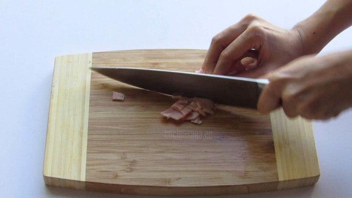 Picar el Tocino en tiras o trozos pequeños y reservar