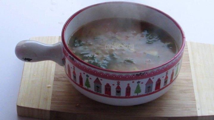 Se sirve la sopa en una fuente para llevar a la mesa o en platos individuales