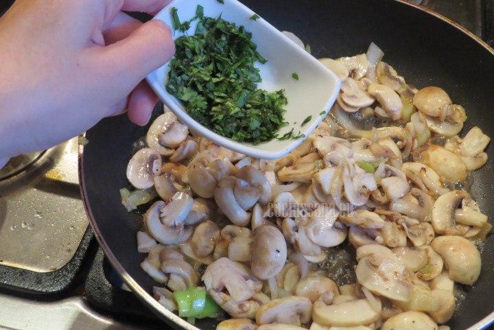Agregar el cilantro picado a los champiñones para darle más aroma y sabor.