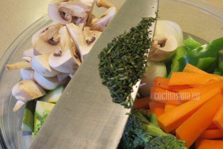Agregar el Romero picado finamente y mezclar con las verduras