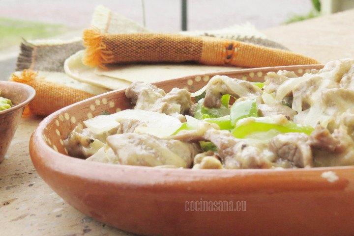 Alambres elaborados con Res servidos con tortillas y se puede acompañar de salsas a base de tomate y chile ¡muy mexicano!