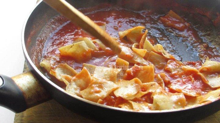 Combinar las Tortillas hasta impregnar la salsa en los totopos