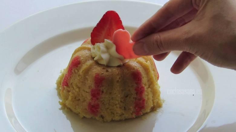 Agregar Decoración a los pastelitos, puedes colocar algunas fresas, chocolate y crema batida