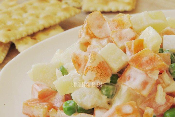 Ensalada de camarones preparada con mayonesa y verduras