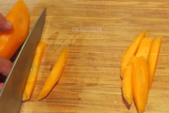 Rebanar la zanahoria para cocer previamente