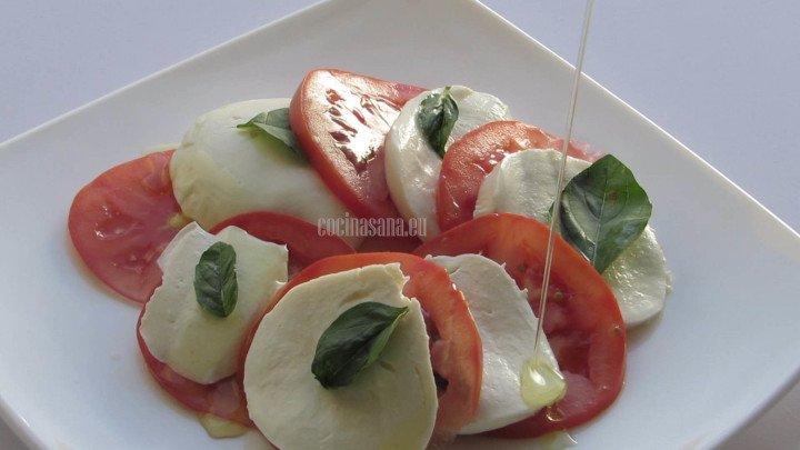 Agregar el Aceite a la preparación para aliñar tu ensalada procura utilizar el aceite de oliva