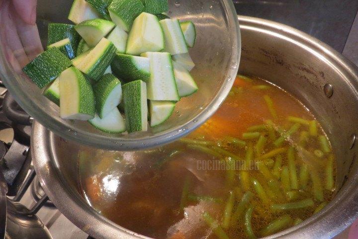 Agregar el Calabacín a la preparación y dejar cocinar hasta que esté suave