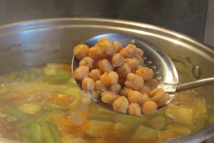 Añadir los Garbanzos al caldo, previamente cocidos