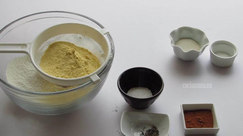 Cernir los ingredientes secos: harina de trigo, de maíz, polvo para hornear, pimienta,sal,azúcar, paprika etc.