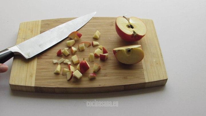 Se pica la fruta en trozos pequeños o rebanadas según como desees presentar tu receta