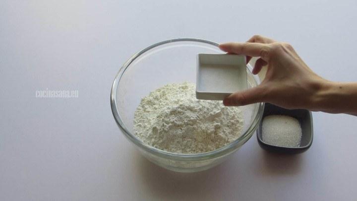 Combinar los ingredientes secos y mezclar para que se integren a toda la preparación