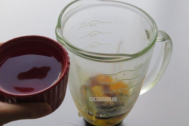 Añadir el Agua a la mezcla de huevo y licuar