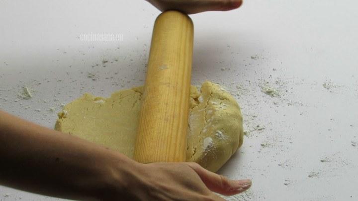 Estirar la Masa con la ayuda de un rodillo y sobre una superficie lisa y enharinada