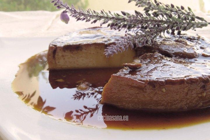 Flan de vainilla estilo napolitano cremoso y espeso.