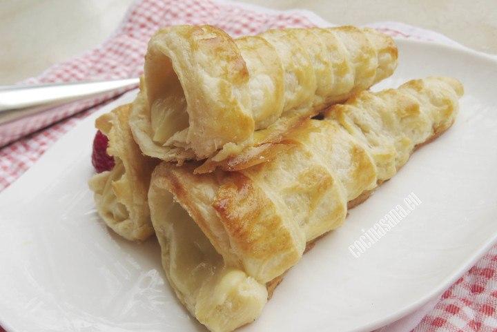 Caracolas rellenas de crema pastelera y servidas con frutas variadas
