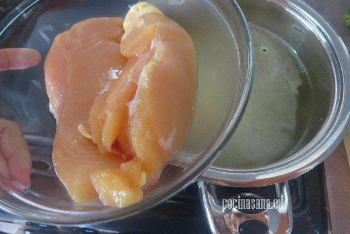 Cocinar el pollo en agua hirviendo hasta que esté bien cocido.