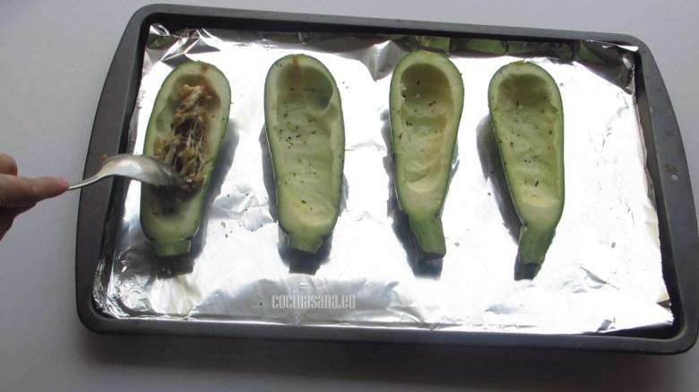 Añadir el Relleno de champiñones y pimientos en las calabacitas.