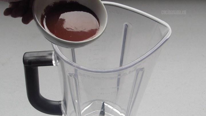Licuar el Achiote con el jugo de naranja y especias para preparar el adobo.