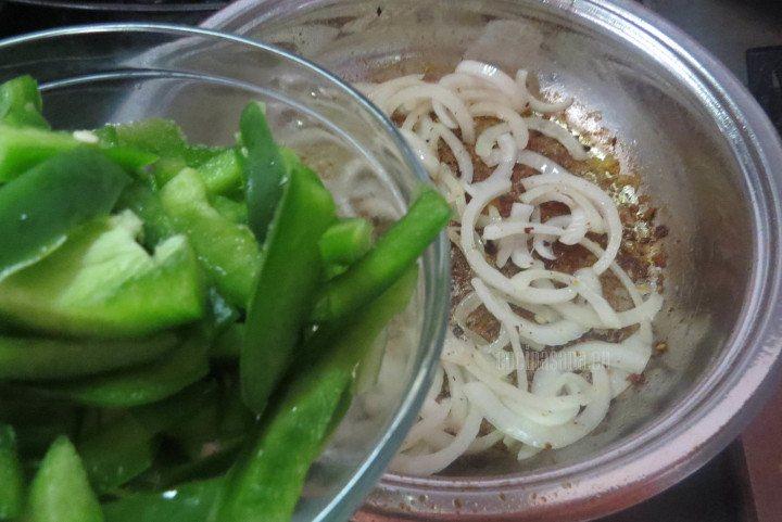 Agregar el pimiento verde al as cebollas y saltear unos minutos